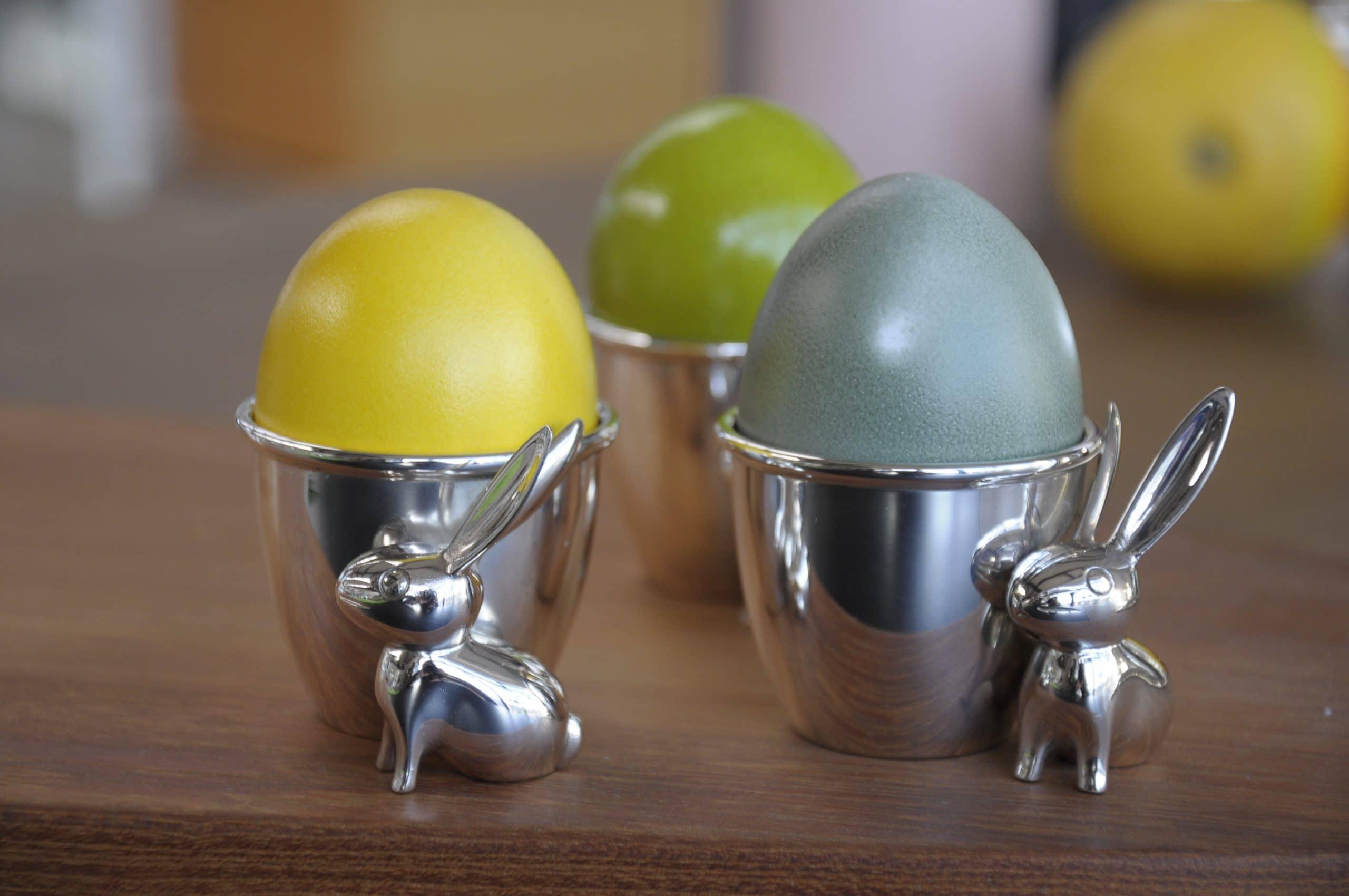Eierbecher mit bunten Eiern und einem silber Hasen