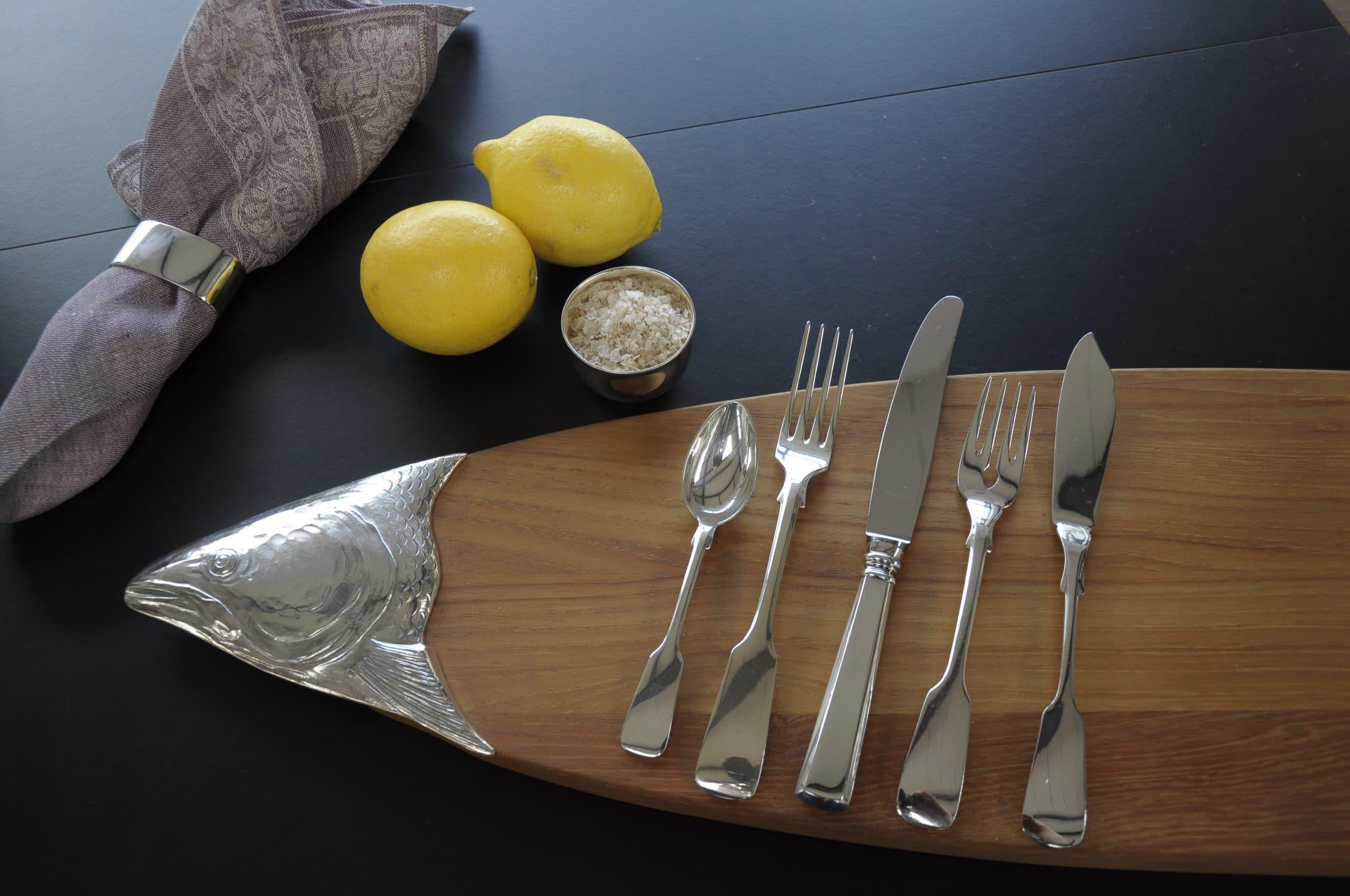 EIn Zitrone und SilberbesteckBrett mit